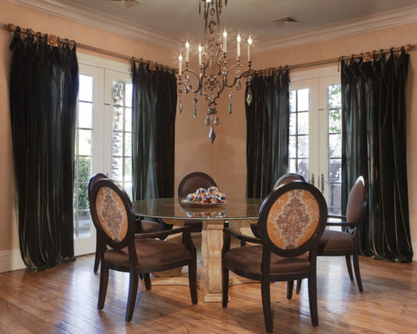 Два окана в элегантной гостиной