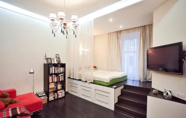 Высокий подиум в гостиной-спальне