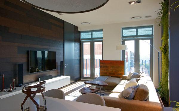Тёмная стенка в гостиной с двумя окнами