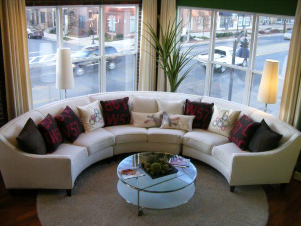 Полукруглый диван на эркере