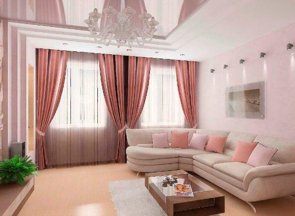 Розовый цвет в интерьере гостиной с двумя окнами