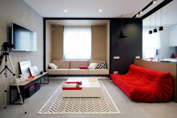 Красный диван в чёрно-белом зале