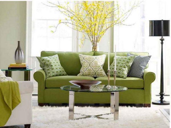 Стеклянный столик и зелёный диван