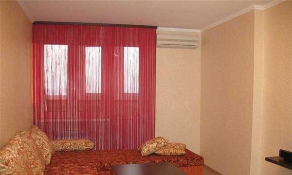 Красные нитяные шторы
