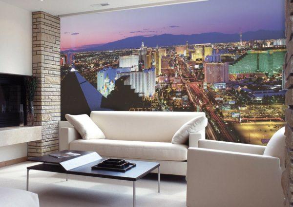Ночной город на стене в небольшой гостиной