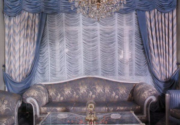 Фиолетовый дизайн и шторы в гостиной