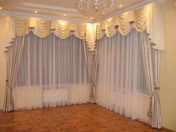 Светлые шторы на углу в гостиной