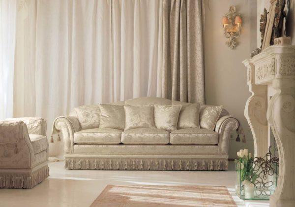 Классическая мебель в гостиной с камином фото