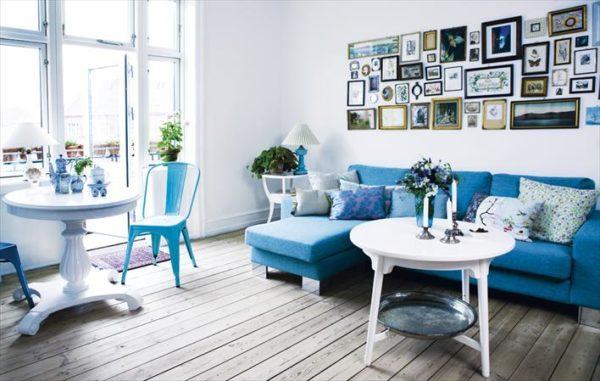 Бирюзовый диван и стулья в зале