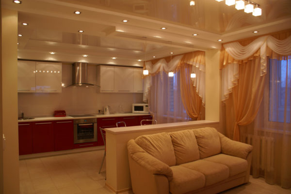 Бежевый диван и бордовая кухня