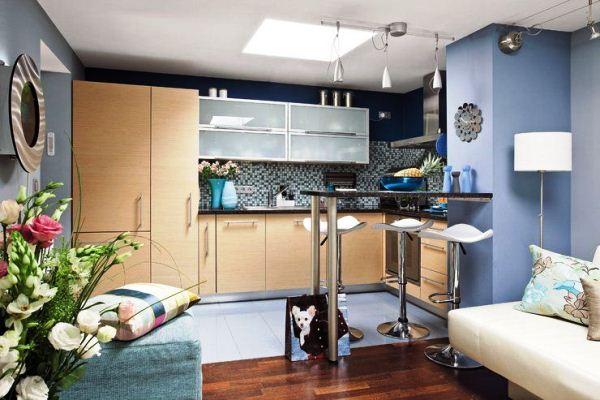 Барная стойка со стульями в кухне-гостиной
