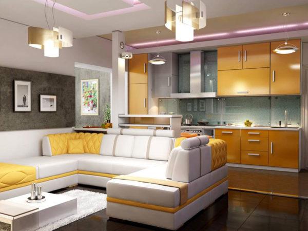 Большой белый диван и горчичный кухонный гарнитур