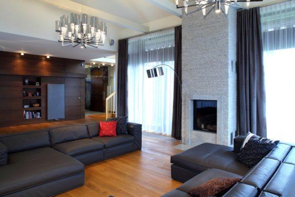 Коженые диваны в большой гостиной