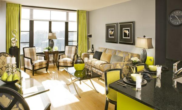 Сочетание зелёного и коричневого цветов в интерьере зала фото