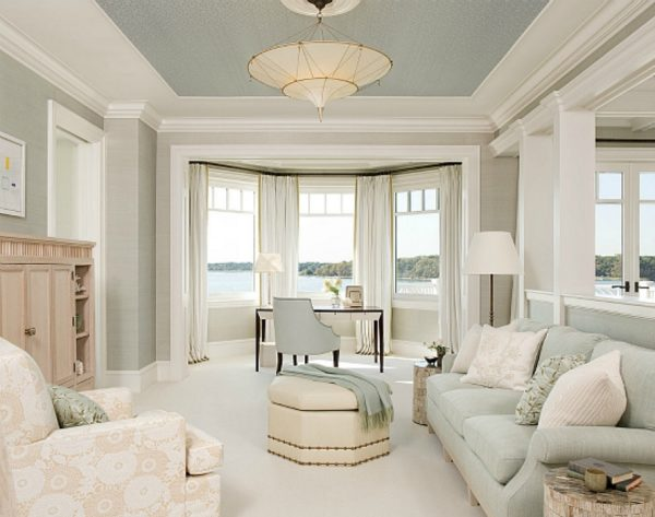 Большое окно в светлой гостиной