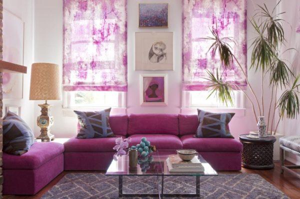 Сиреневые шторы и диван в зале