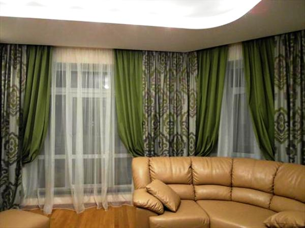 Коженный диван и зелёные шторы