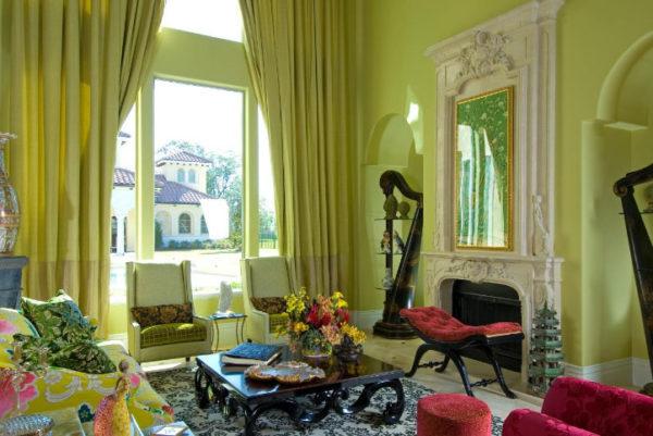 Шторы зелёного цвета на окуне в зале