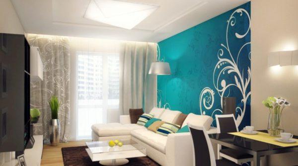 Небольшая гостиная с бирюзовой стеной