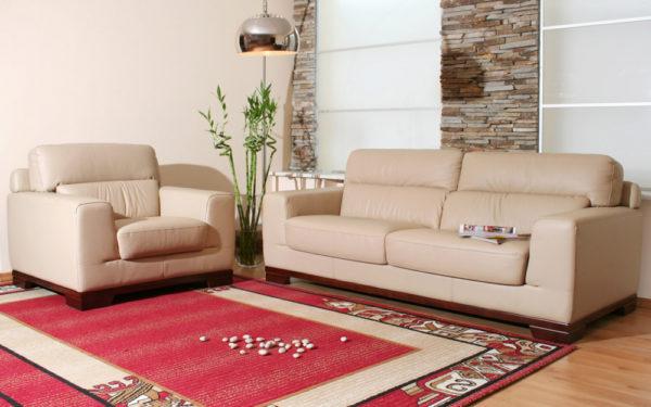 Бежевая мебель и красный ковёр