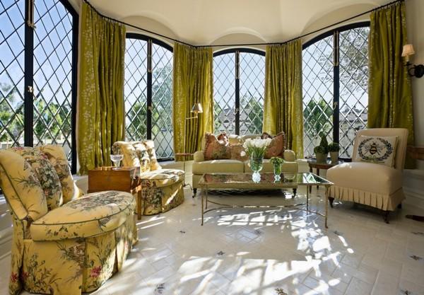 Шикарная гостиная с зелёными шторами