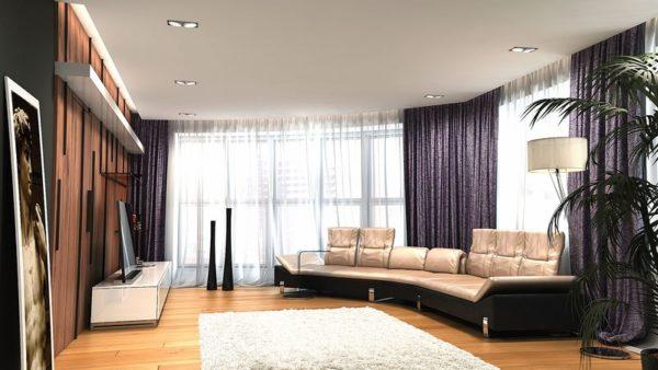Большой диван в зале с двумя окнами