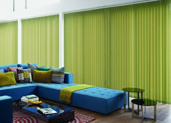Зелёные шторы и голубая мебель в гостиной фото