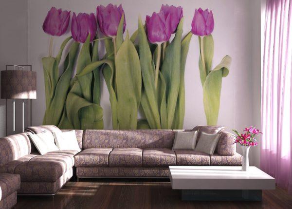 Тюльпаны на обоях в гостиной