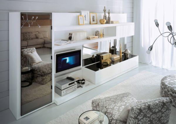 Шкаф со стеклом в гостиной
