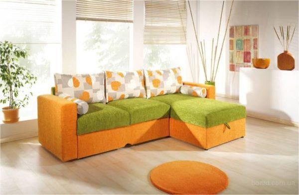 Зелёно-оранжевый диван