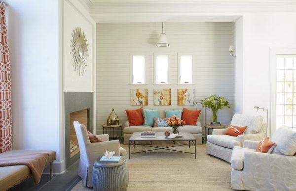 Голубые оранжевые подушки на диване