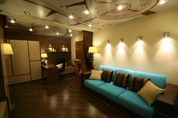 Бирюзовый диван в коричневой гостиной
