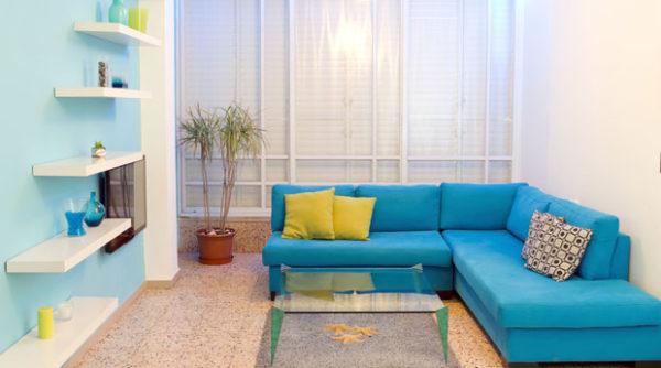 Насыщенно голубой диван в гостиной