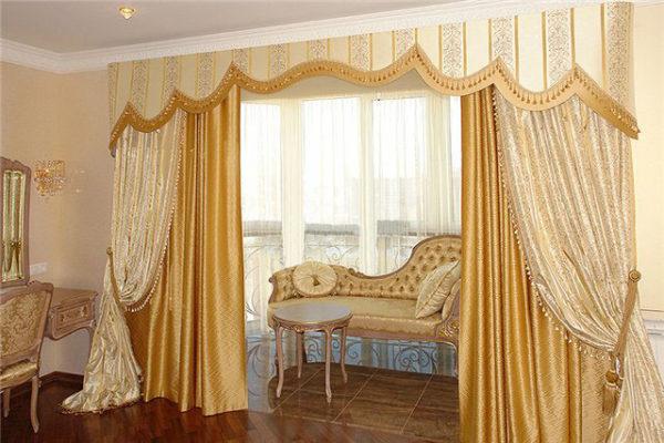 Портьеры золотого цвета в зале