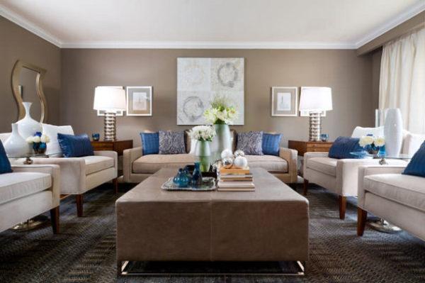 Синие подушки в гостиной
