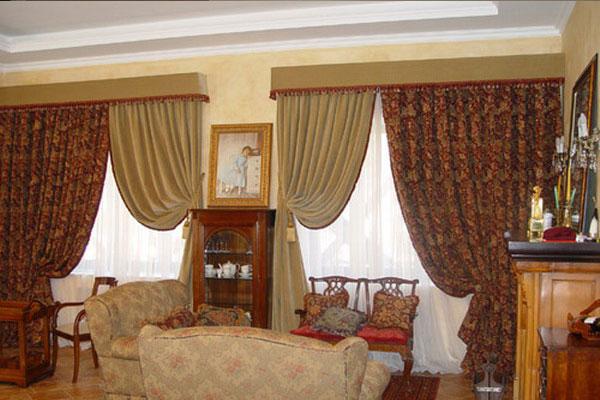 В небольшом зале два окна