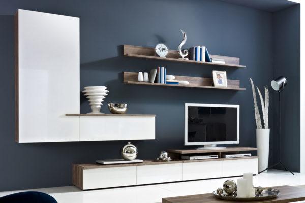 Белая стенка в синей гостиной фото