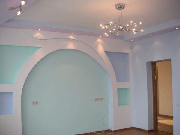 Оформление стены в гостиной