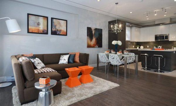 Коричневый угловой диван в кухне-гостиной