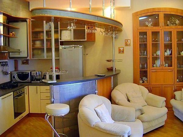 Светлая мебель в гостиной-кухне