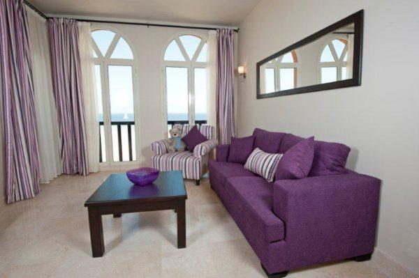 Сиреневый диван и шторы