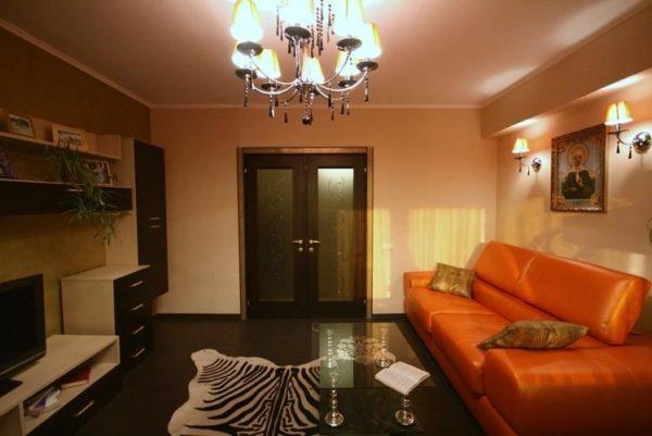 Коженый диван в гостиной 18 кв.м