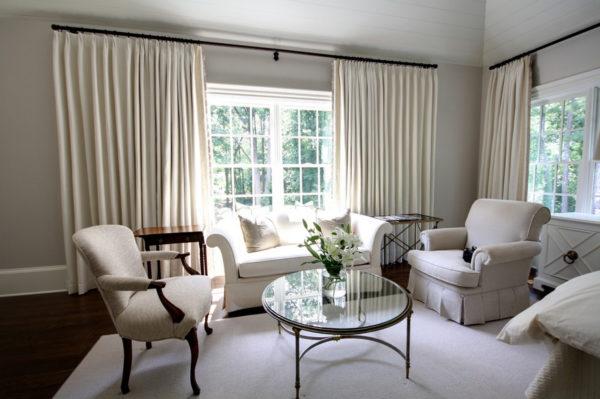 Просторная гостиная с двумя окнами