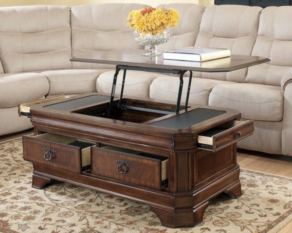 Удобный деревянный журнальный столик
