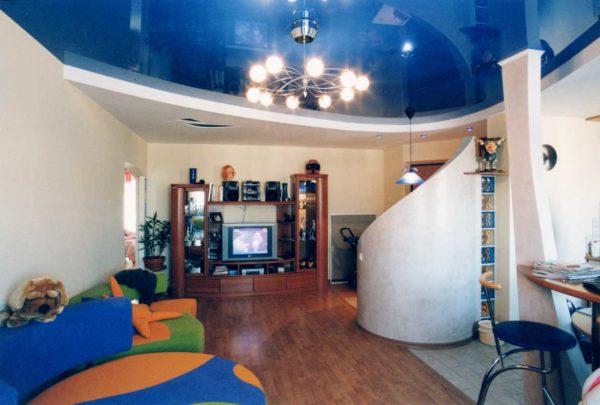 Гостиная с насыщенным синим потолком