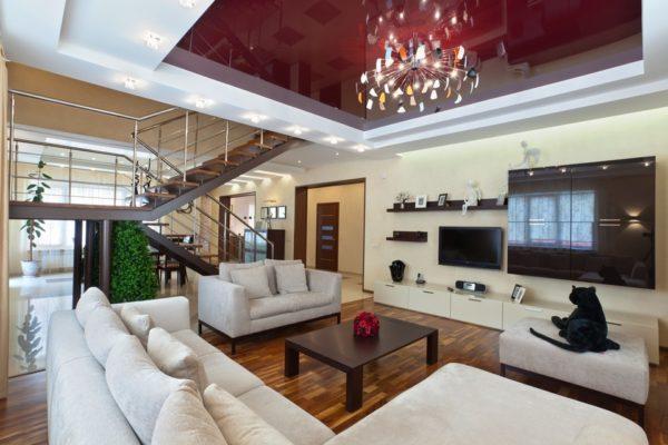 Бордовый глянцевый потолок в гостиной