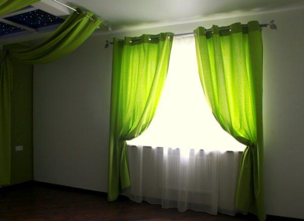 Зелёные шторы в гостиной в частном доме