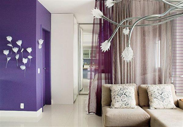 Белые цветы на фиолетовой стене