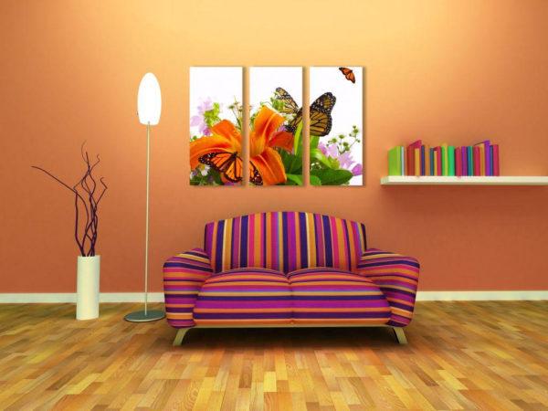 Бабочки и цветы в зале на картине