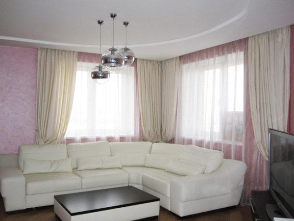 Два окна и белый диван